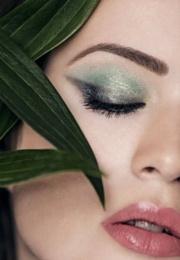 Makijaż wieczorowy w odcieniach zieleni