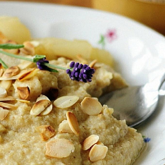 Jaglanka z migdałami i karmelizowaną gruszką