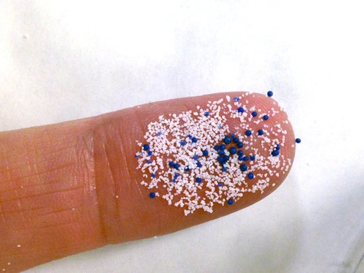 Plastikowe mikrogranulki używane w kosmetykach